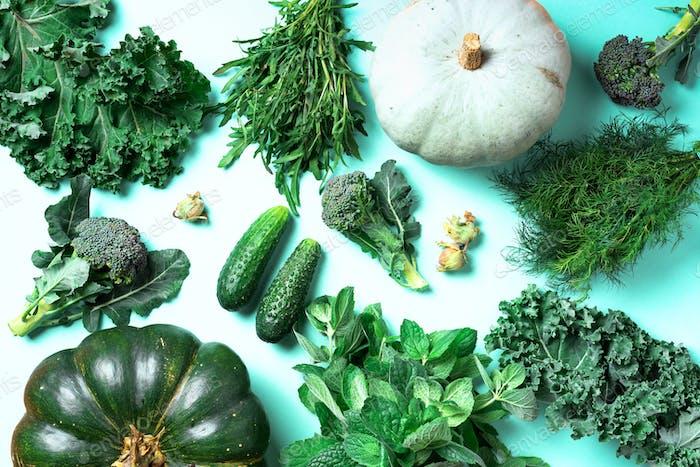 Frisches grünes Gemüse auf trendigem Minzhintergrund. Draufsicht. Kopierraum. Sauberes Essen, alkalische Lebensmittel