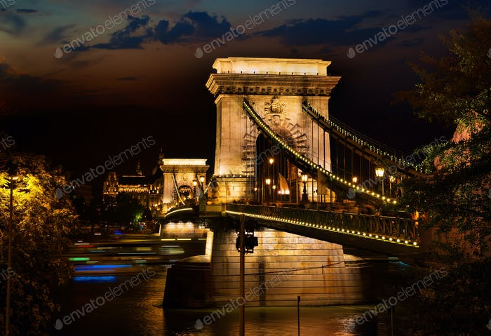 Noche sobre el Puente de las Cadenas