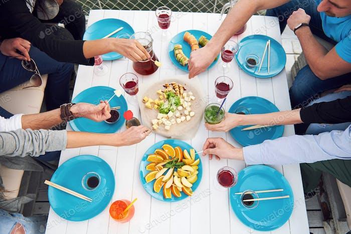 Freunde Geburtstag bei einem Picknick