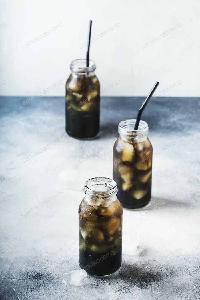 kaltes schwarzes Detox Mineralwasser