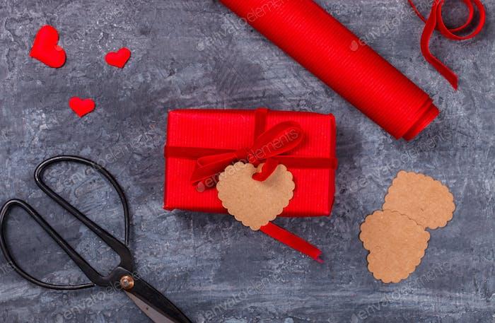 Box mit rotem Band. Geschenk-Holiday.Symbol Concept Valentinstag.Grußkarte