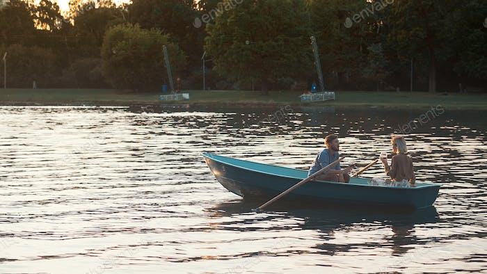 Junges Paar in einem Boot