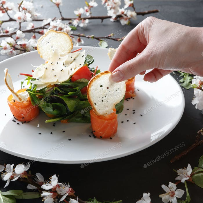 Essen Restaurantgericht auf weißem Teller auf schwarzem Hintergrund, Nahaufnahme