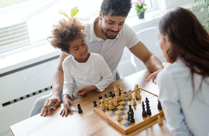 Familie Lifestyle Porträt einer Mama und Papa mit ihrem Kind