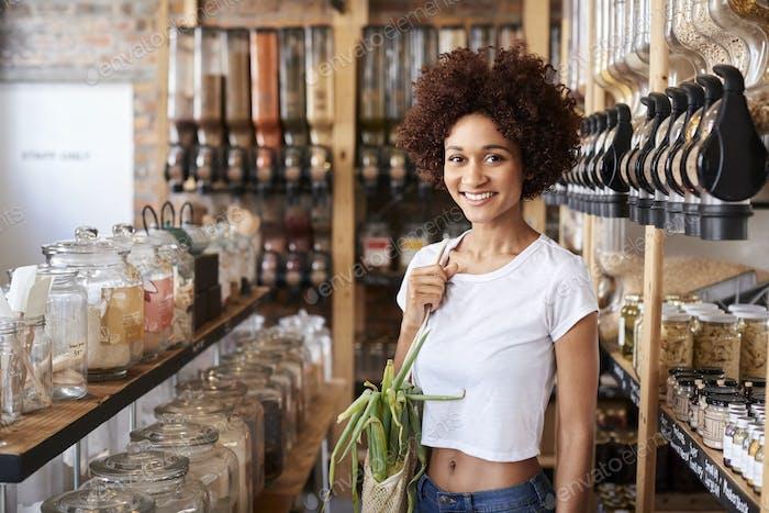 Porträt der Frau Kauf von frischem Obst und Gemüse in nachhaltigen Kunststoff Free Lebensmittelgeschäft