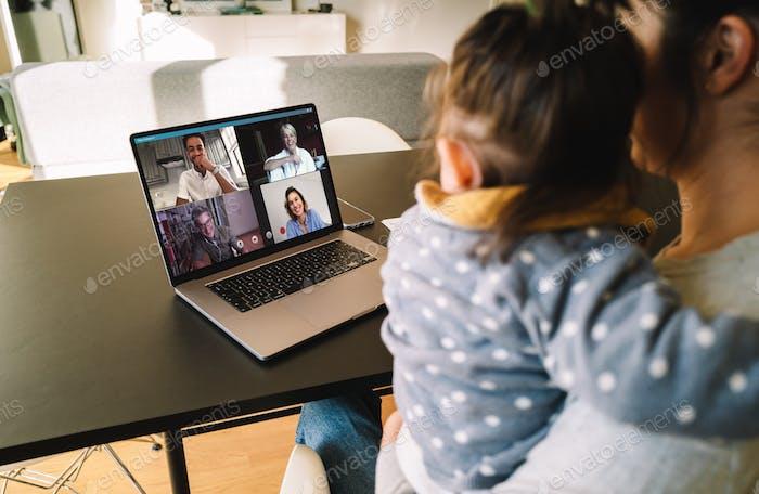 Frau Telekonferenzen mit Familie auf Laptop