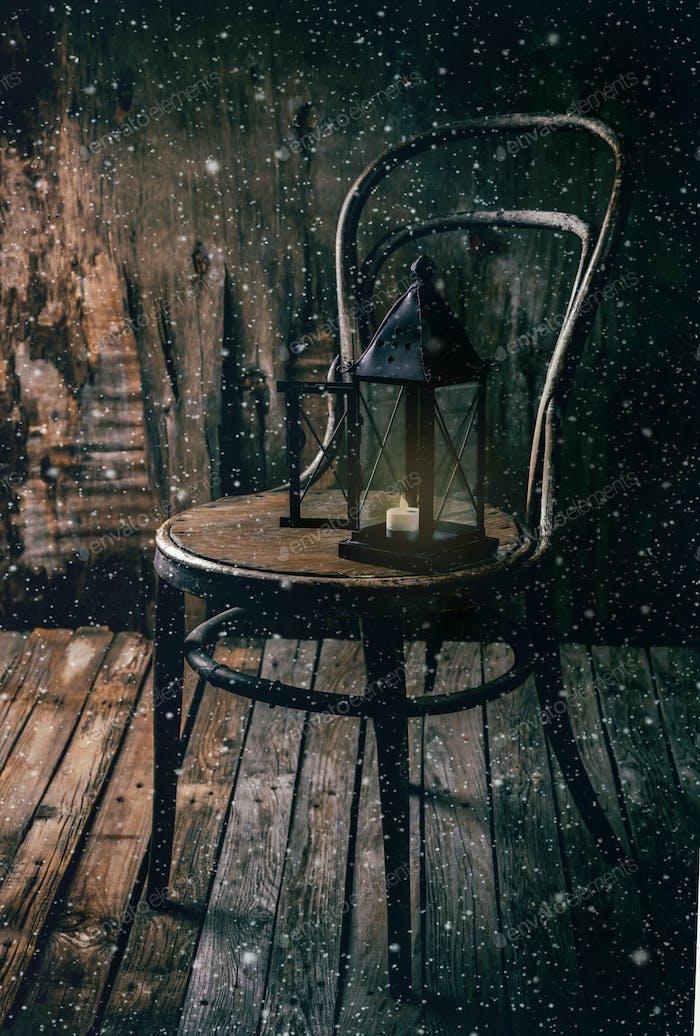 Winterlandschaft Vintage Holzstuhl und Laterne