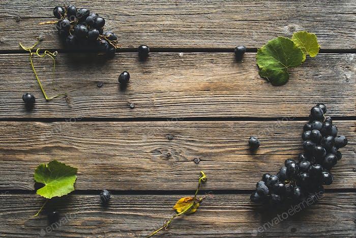 Виноград на старом деревянном столе. Голубой виноград