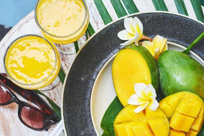 Glas frischen tropischen Smoothie oder Mango Saft