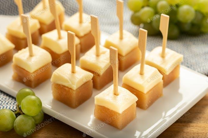 Käse mit Gelee Quitte auf Tablett.
