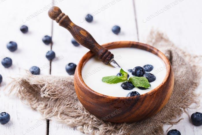 Hausgemachter Joghurt, saure Sahne Schüssel mit Blaubeeren