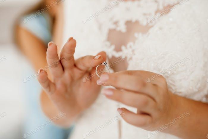 die Braut berührt sanft ihren lieben Verlobungsring