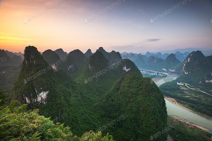 Karstgebirgslandschaft am Li in Xingping, Provinz Guangxi, China.