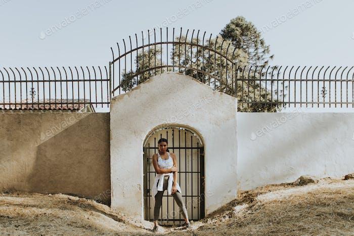 Aktive Frau stehend an einem Tor
