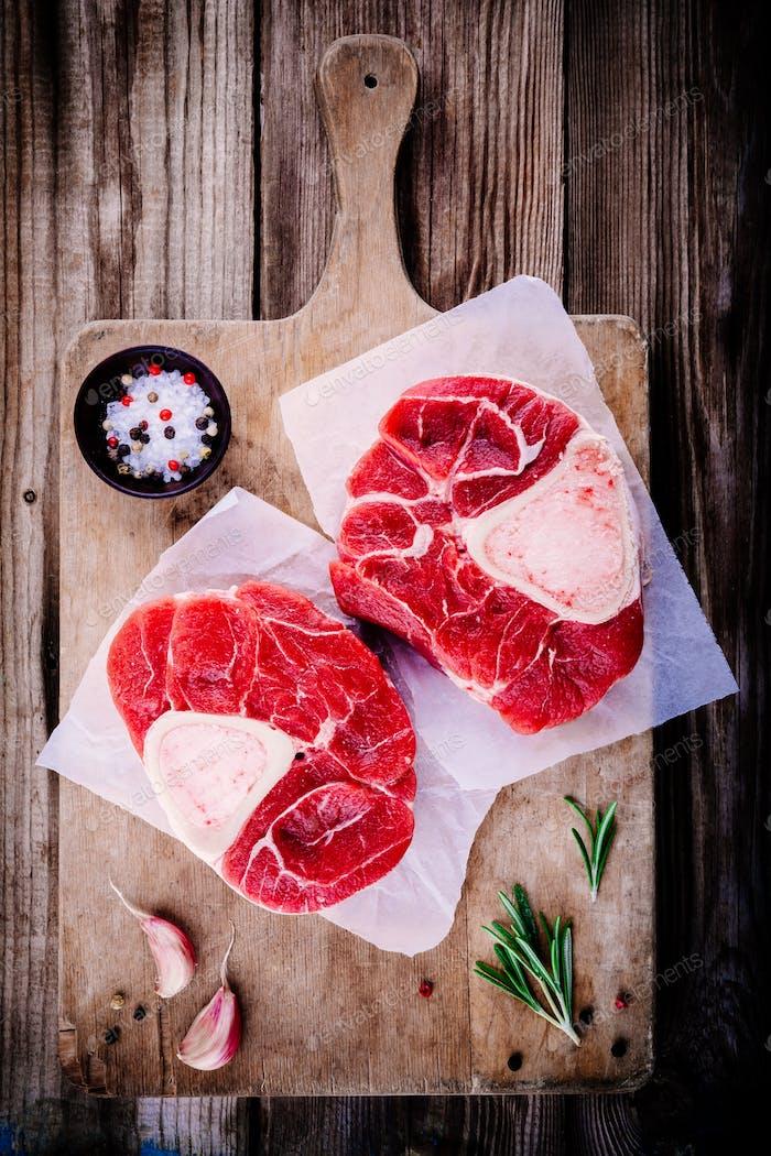 zwei rohe frisches Rindfleisch Schaft Fleisch für ossobuco