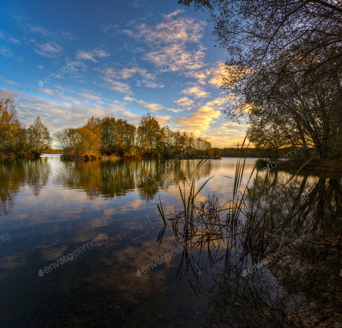 Ruhiger Herbstnachmittag am See