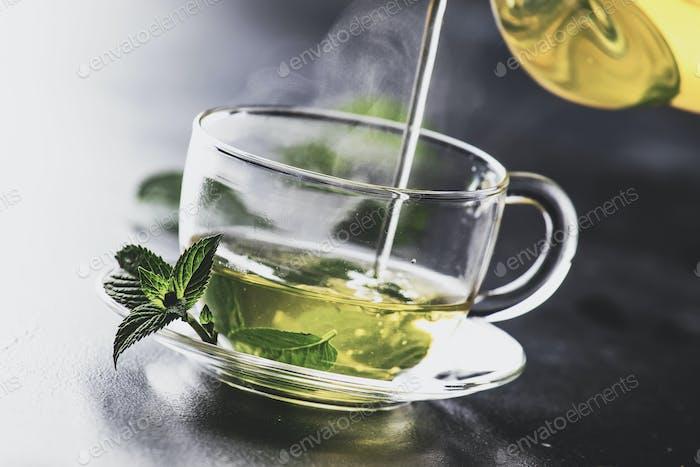 Heißer grüner Tee mit Minze