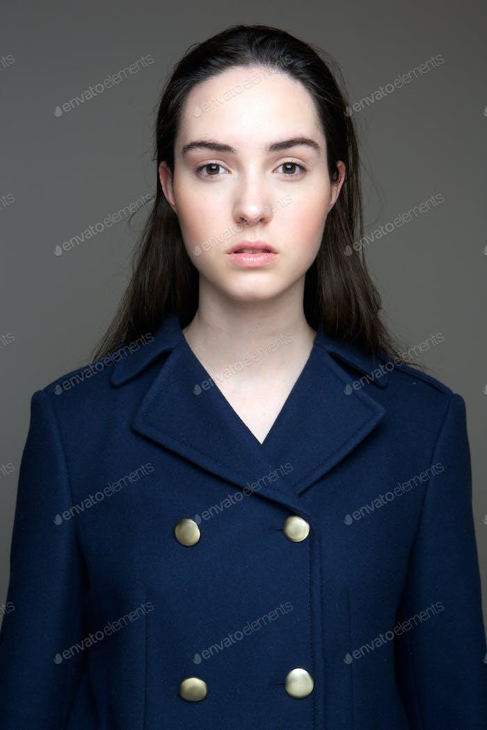 Элегантная молодая женщина
