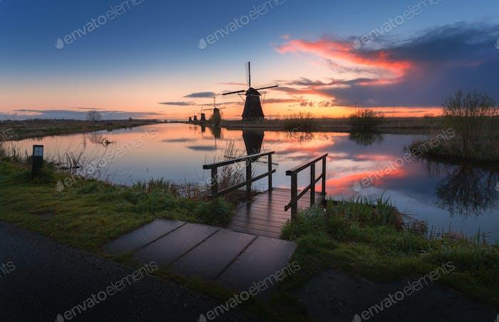 Silhouette der Windmühlen bei Sonnenaufgang in Kinderdijk, Niederlande