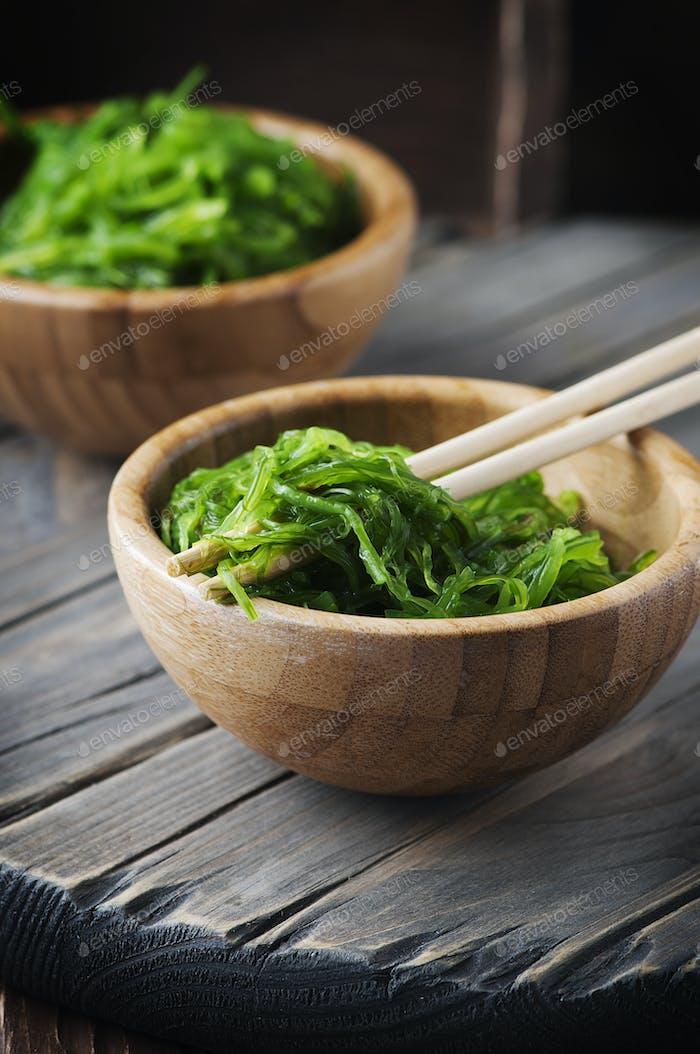 Japanischer Chuka-Salat auf dem Holztisch