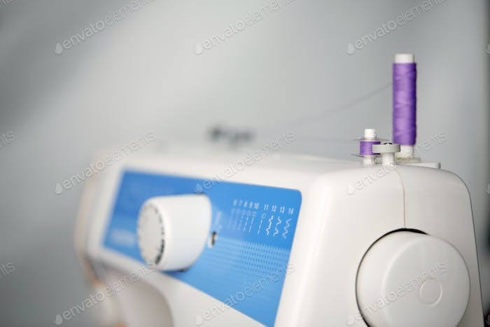 thread spools on sewing machine