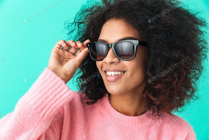 Mehrfarbiges Bild der amerikanischen Frau 20er mit Afro Frisur Smili