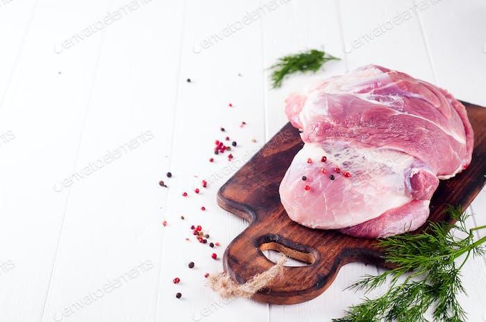 Fleischstücke und Bund Petersilie, Gewürze