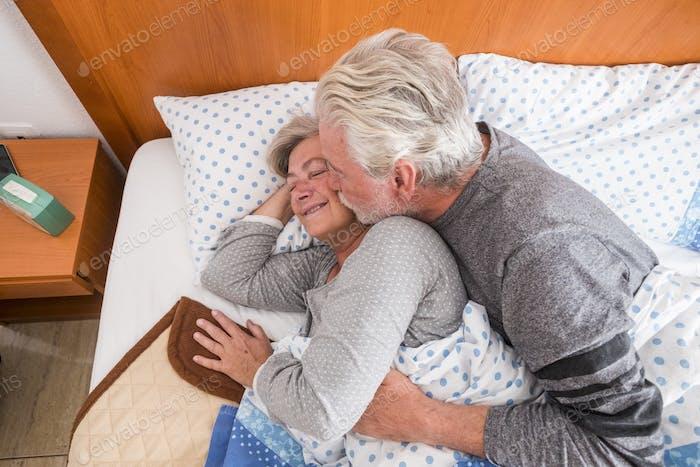 pensionierte Alter Paar 70 Jahre alt im Bett am frühen Morgen