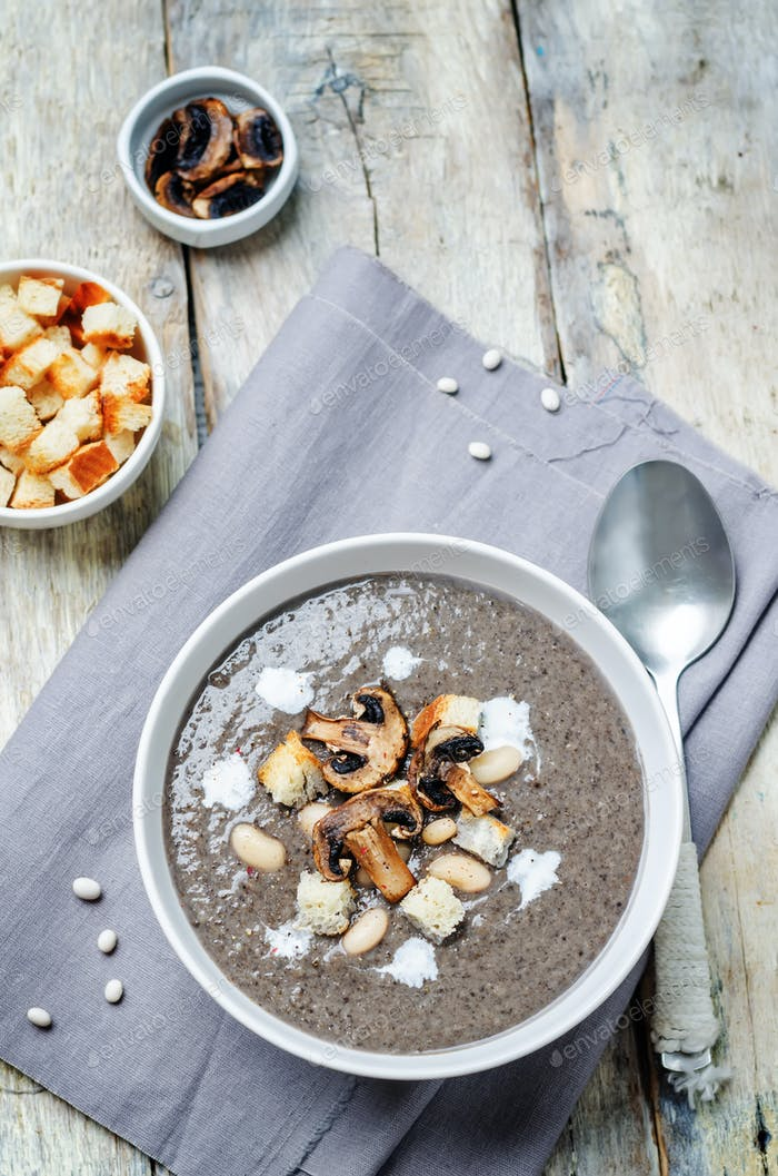 White bean mushrooms soup