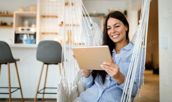 Mujer hermosa usando una tableta, viendo contenido de los medios. Tecnología, concepto de personas