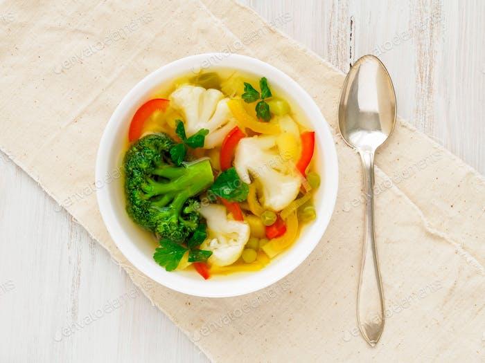 Helle Frühling Gemüse diätetische vegetarische Suppe
