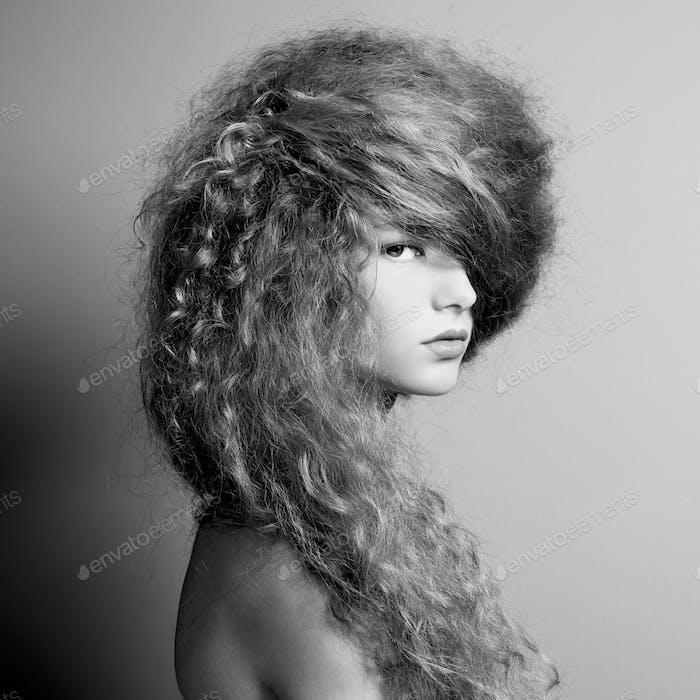 Портрет красивой женщины с элегантной прической