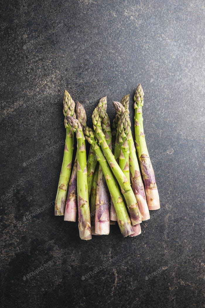 Frischer roher ungekochter grüner Spargel.