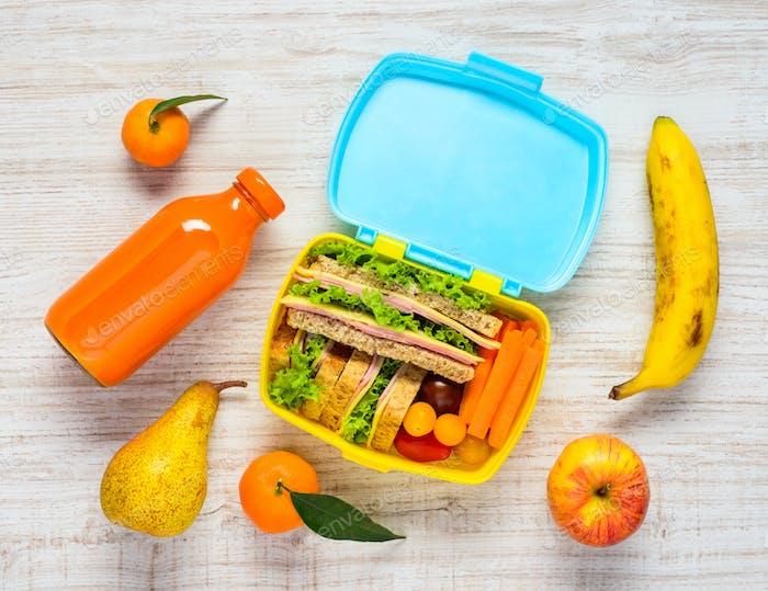 Fiambrera con Bebidas, Sandwiches y Frutas