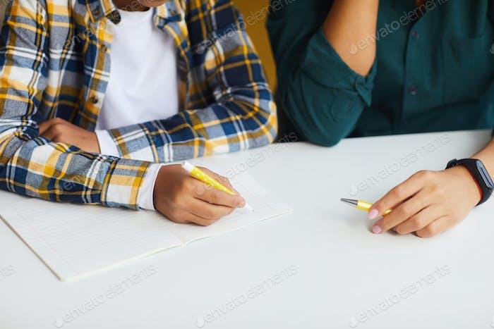 Niño africano haciendo la tarea de cerca