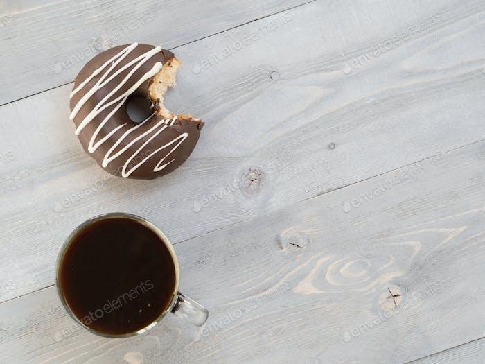 Donuts auf grauem Holzhintergrund, Kopierraum, Draufsicht