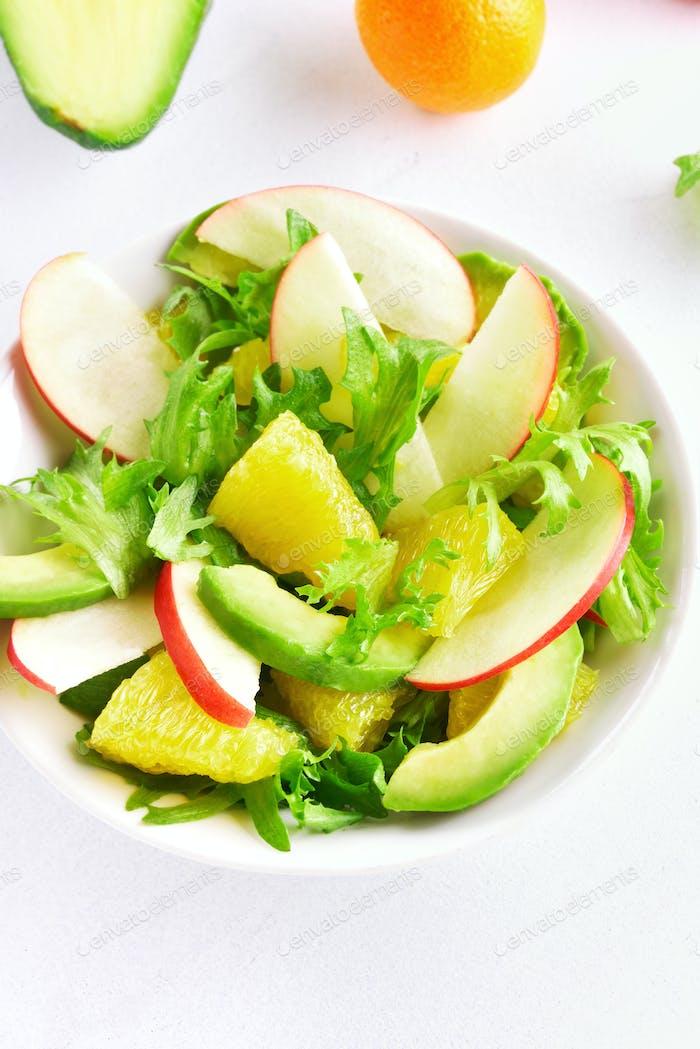 Salat mit roten Äpfeln, Avocado, Orangenscheiben