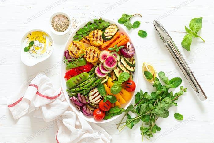 Gegrilltes Gemüse auf weißem Teller, Draufsicht