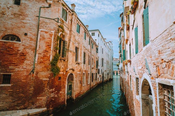 Венеция, Италия. Вид на канал Рио-де Гарсони и кирпичную стену древнего здания