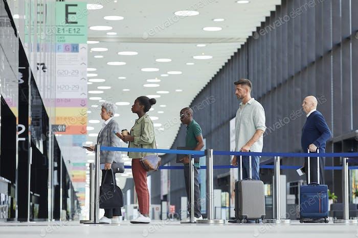 Personen, die auf Abreise warten