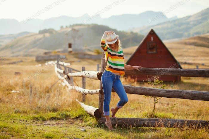 glückliche Frau posiert in Cowboy-Hut