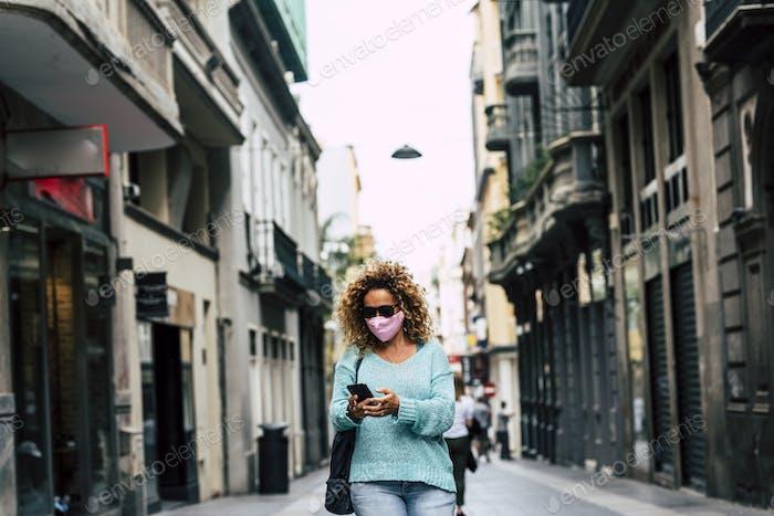 Женщина проверяет приложение и смартфон во время коронного вируса