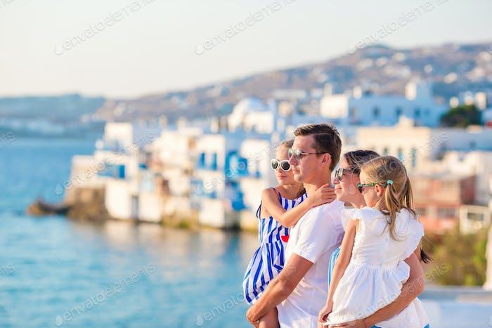 Familie mit zwei Kindern im Urlaub in Europa