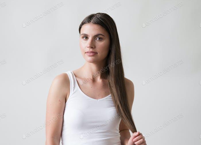 Mujer casual retrato morena femenina pelo largo natural maquillaje