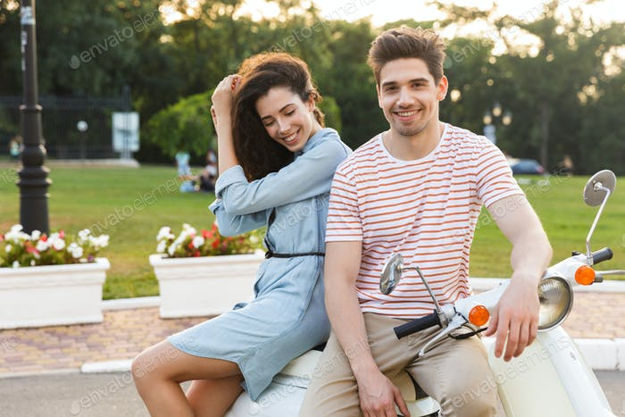 Porträt des jungen Paares Mann und Frau, sitzen zusammen auf moto
