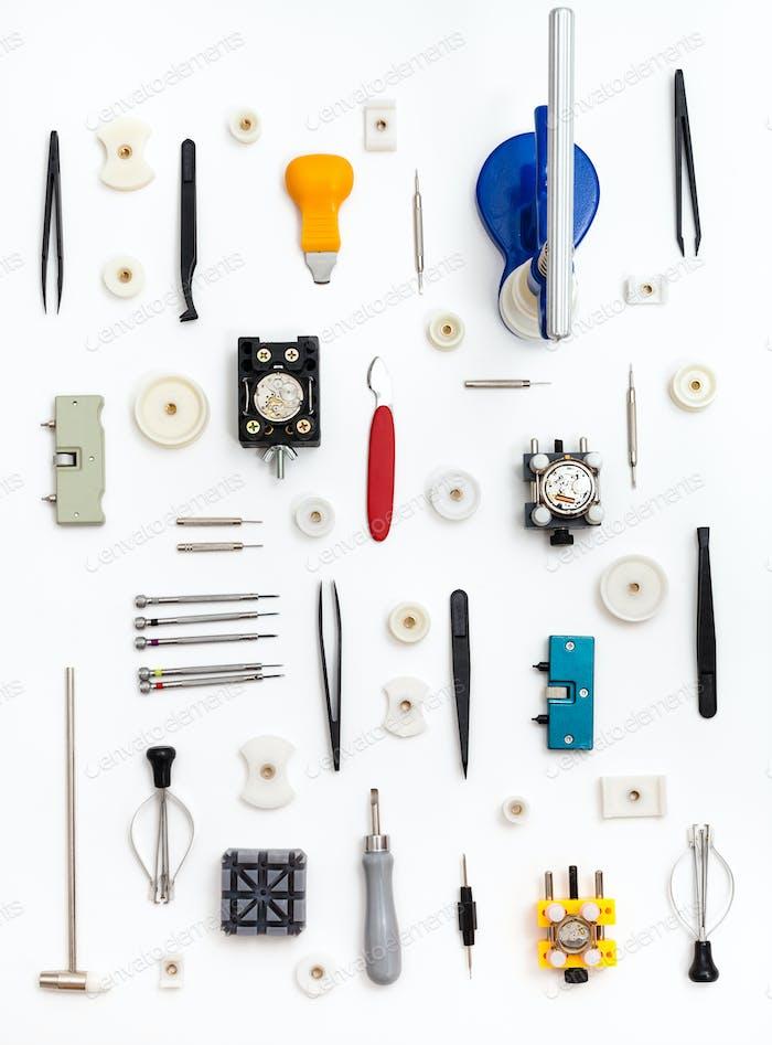 vertikales Muster von Uhrenreparaturwerkzeugen
