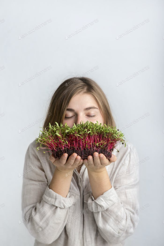 Mädchen vegetarisch inhalieren den Geruch von frischen gekeimten Samen