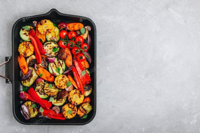 Gegrilltes Gemüse in einer gusseisernen Pfanne. Draufsicht.