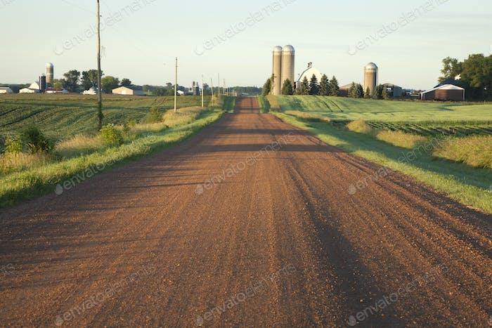 Ländliche Straße im Mittleren Westen USA in Morgenlicht