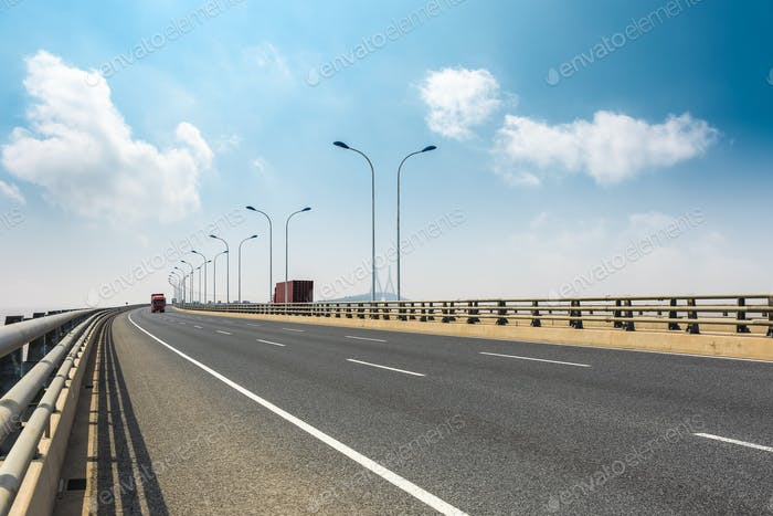 Kreuzsee-Brücke gegen einen blauen Himmel